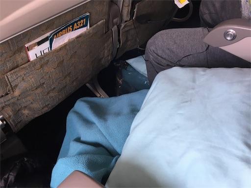 飛行機内の座席の間隔の様子