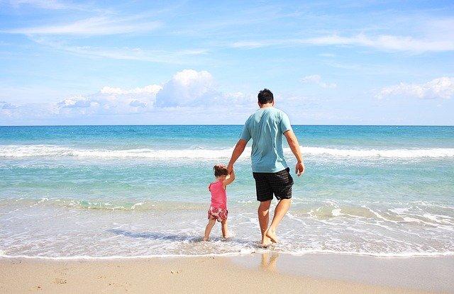 海で遊ぶ、父と子