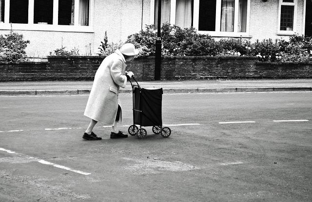 手押し車のおばあさん