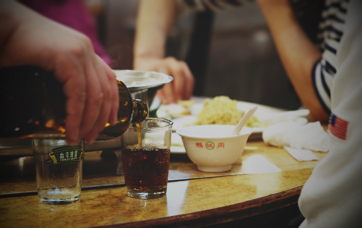 熱炒で紹興酒を飲む日本人駐在員