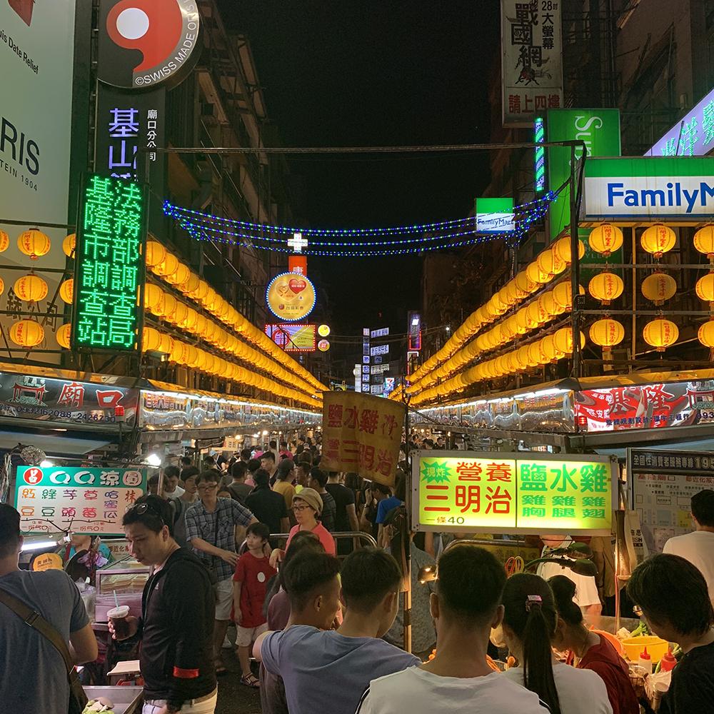 基隆の廟口夜市の入り口。たくさんの提灯とたくさんの小吃屋が並ぶ
