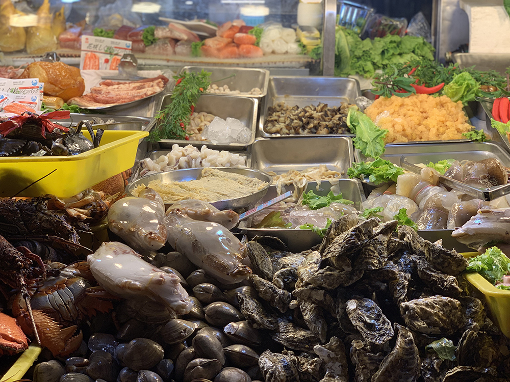 基隆の廟口夜市のとある海鮮のお店。店先に並ぶたくさんの海鮮から好きなものを選んで料理してもらう