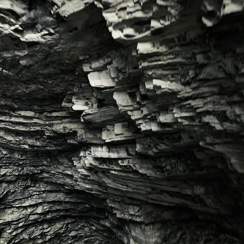 中横公路の断崖絶壁。人の手で掘られたトンネル