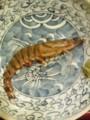 今までおとなしかった皿の上のエビ