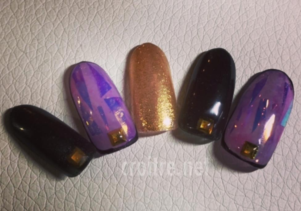 ゴールド、パープル、ブラック色のネイル