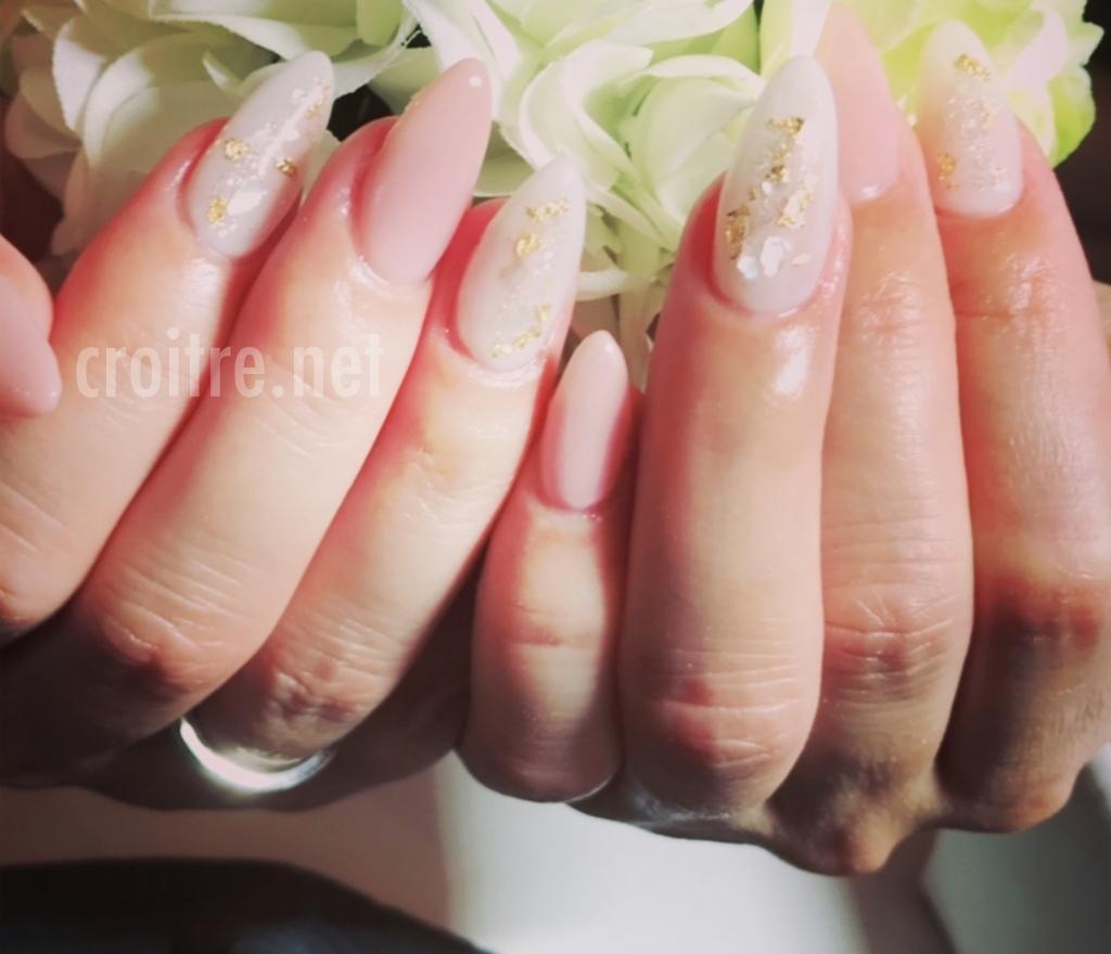淡いピンク色のネイル