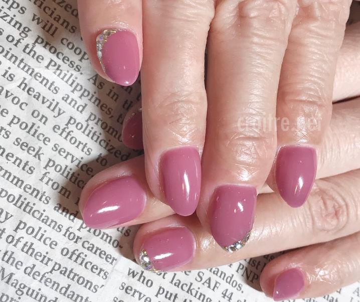 淡いピンクのネイル