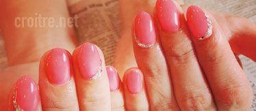 ビビットなピンク色のネイル