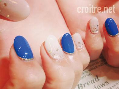 乳白色と青色のネイル