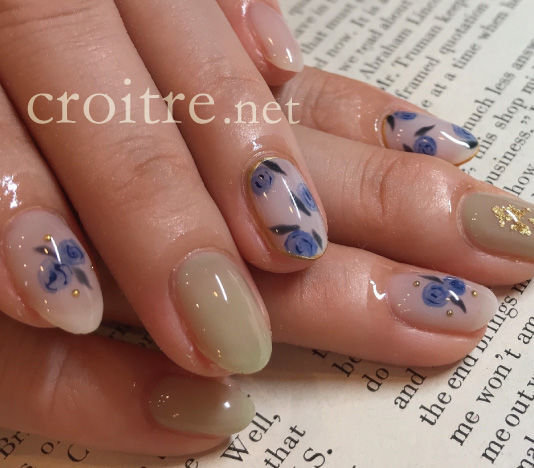 青い花柄のネイル