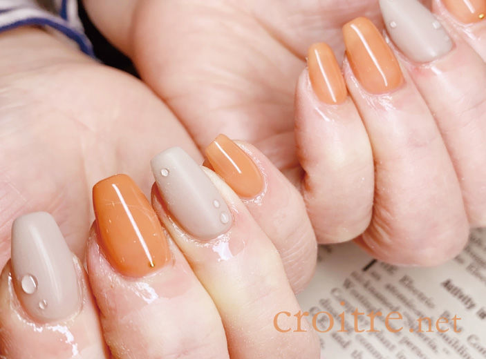 オレンジとグレーの水滴デザインネイル