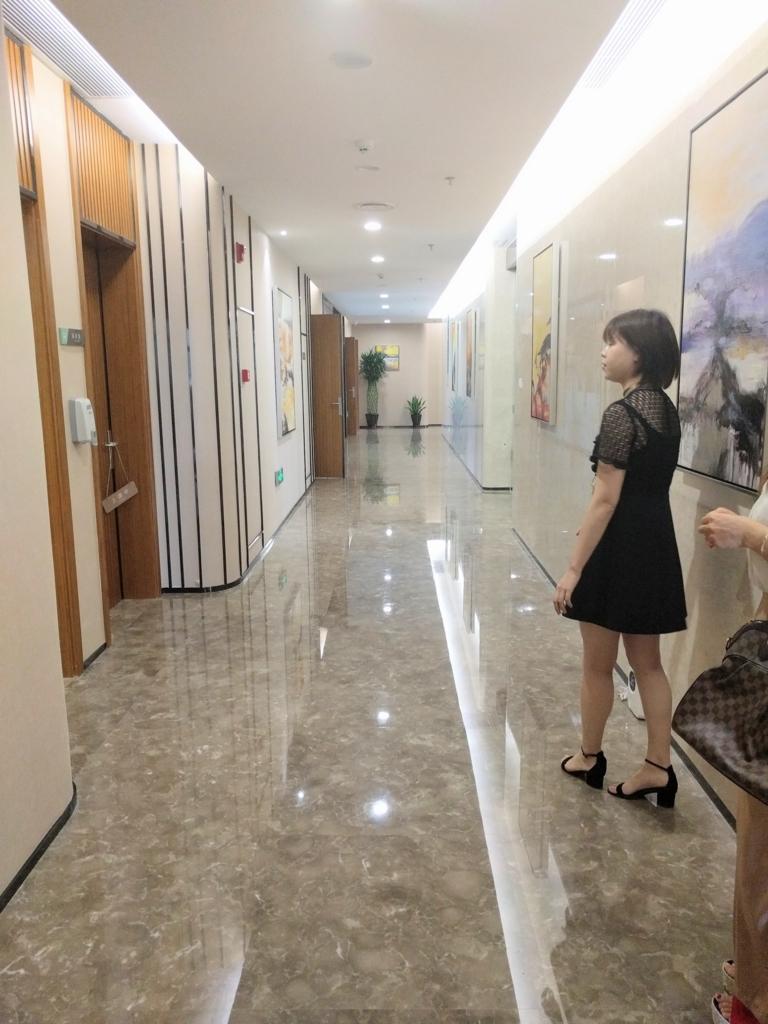 柔道整復師が海外視察。病院の廊下