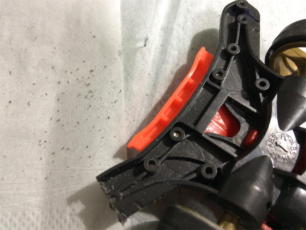 ARシャーシのフロントバンパーを片側ずつカッターのこで切ります