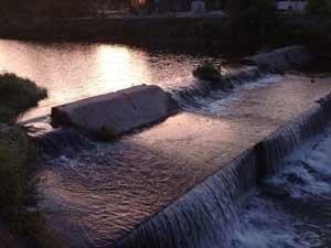 朝日に映える水面が美しい