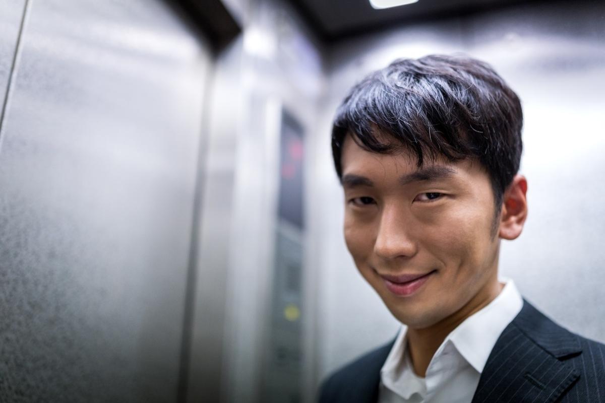 エレベーター男性