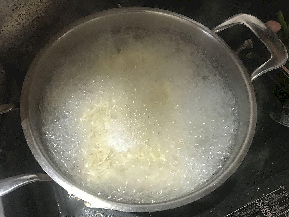 麺をゆでる
