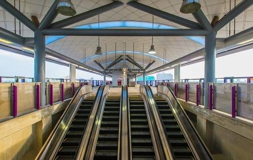 MRT駅のエスカレーター画像