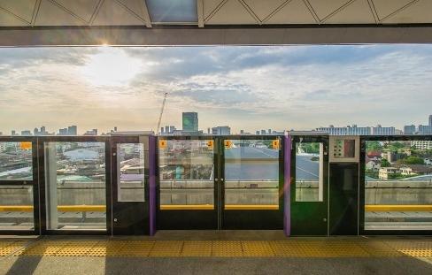 MRT駅のホームドア画像