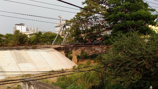 ポイペト行きの鉄橋画像