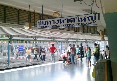 タイのハジャイ駅ホーム画像