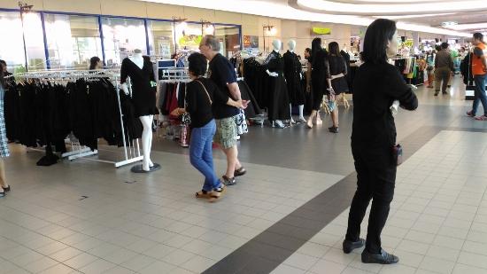 Big-cの黒服売り場画像