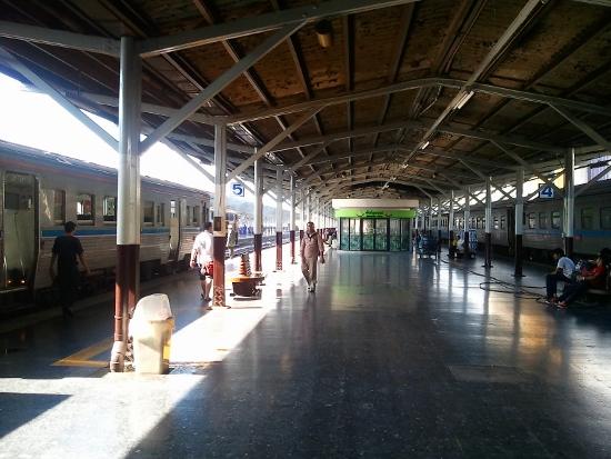 フアランポーン駅ホーム画像