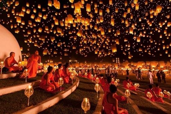 チェンマイのコムローイ祭り画像