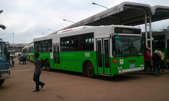 ラオスの日本車のバス画像
