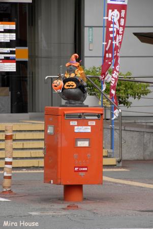 2009-10-09 14:02:18 中央郵便局前のタヌキ@ハロウィーン