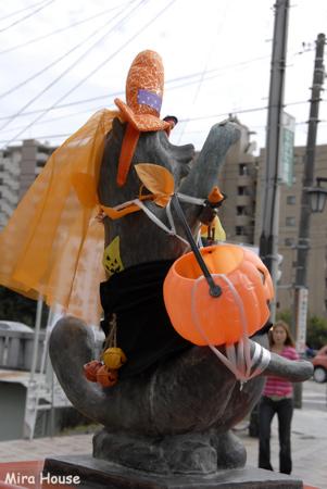 2009-10-09 14:02:59 中央郵便局前のタヌキ@ハロウィーン