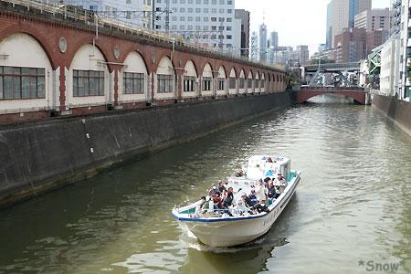 神田川を行く観光船