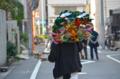 [東京][神社][祭]熊手を買って帰る男性 2011-11-02 14:30:26