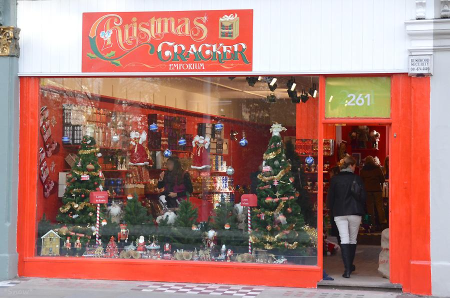 ロンドンのクリスマスグッズの店 2011-12-05 12:34:27
