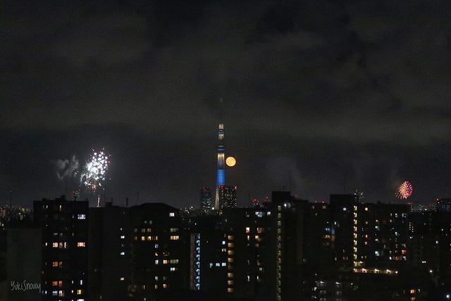 隅田川花火大会とスカイツリーと月(2018-07-29)