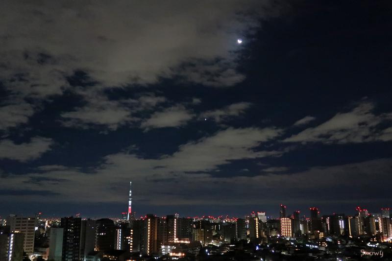 日の丸スカイツリーと月と金星(2019-01-01)