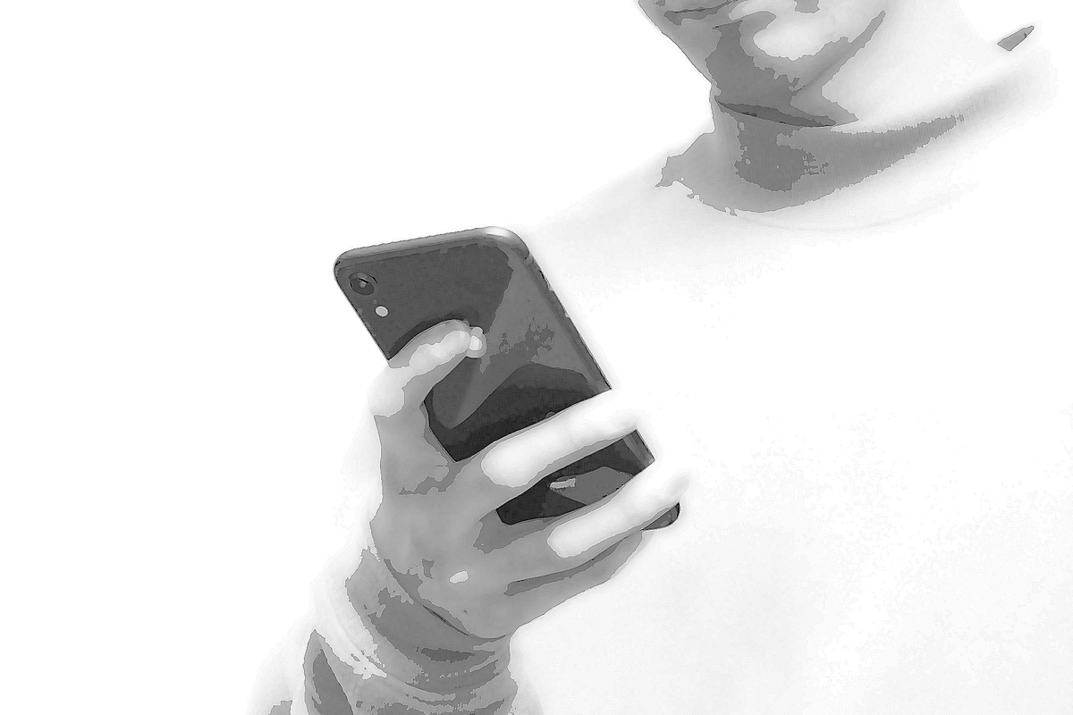 スマホを見る男性:Soseki21ブログ