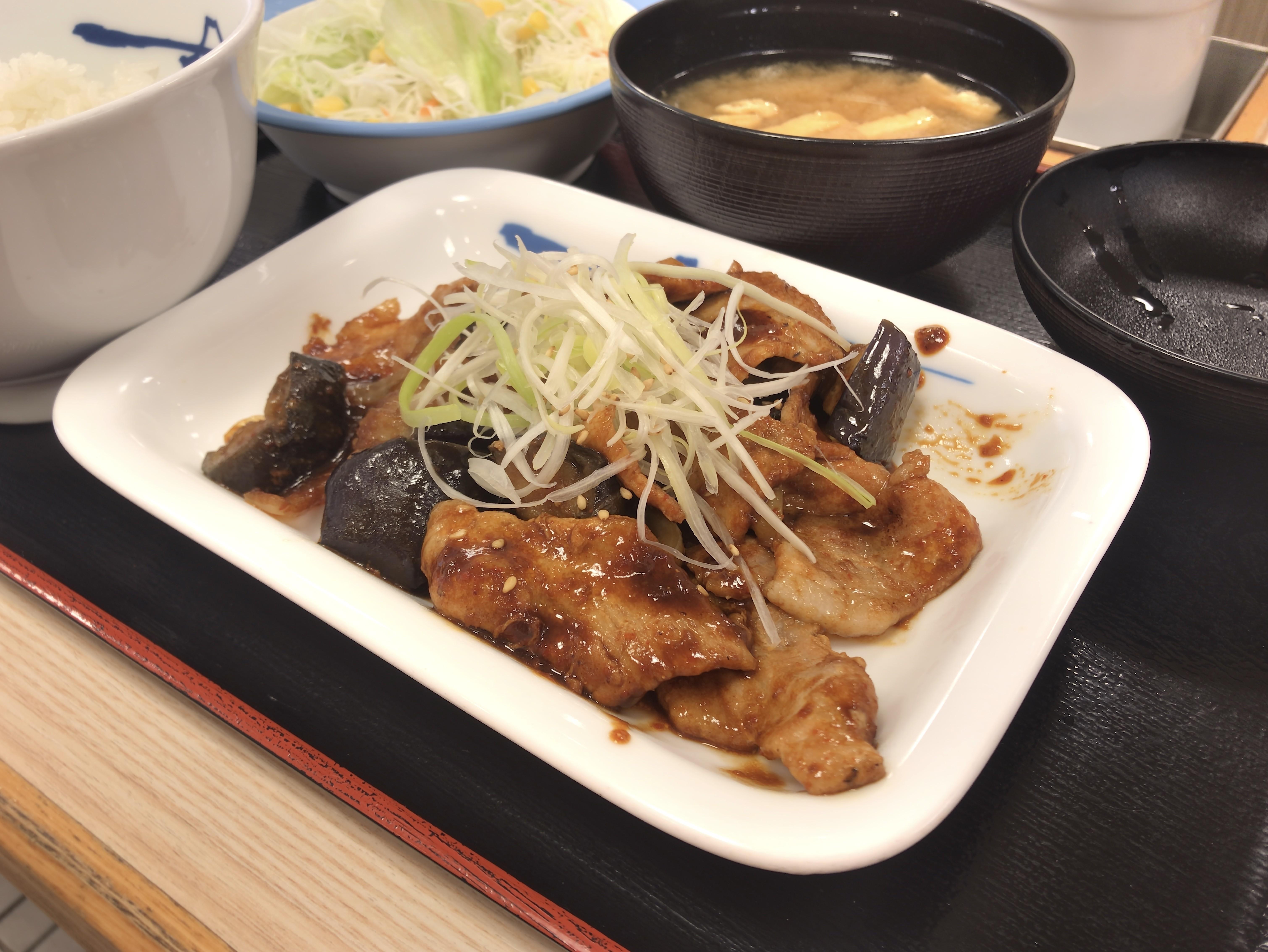 松屋 豚と茄子の辛味噌炒め定食 税込み630円 961kcal