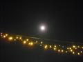 [月][空][夜][物]月と電飾