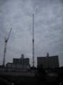 [クレーン][空][雲][建物]正面