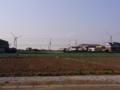 [街][建物][空][電線][田畑]風車と畑