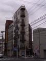 [建物][電線][電柱]三角ビル
