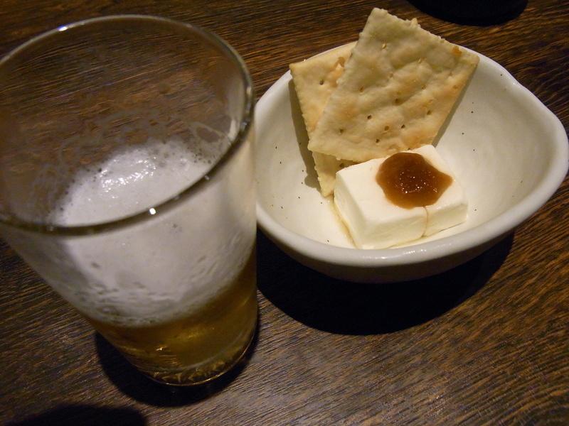 ビール、チーズ、クラッカー