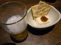 [食べ物]ビール、チーズ、クラッカー