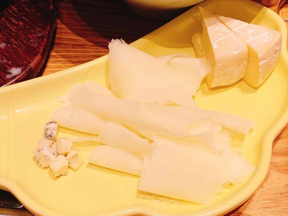 お皿にチーズ
