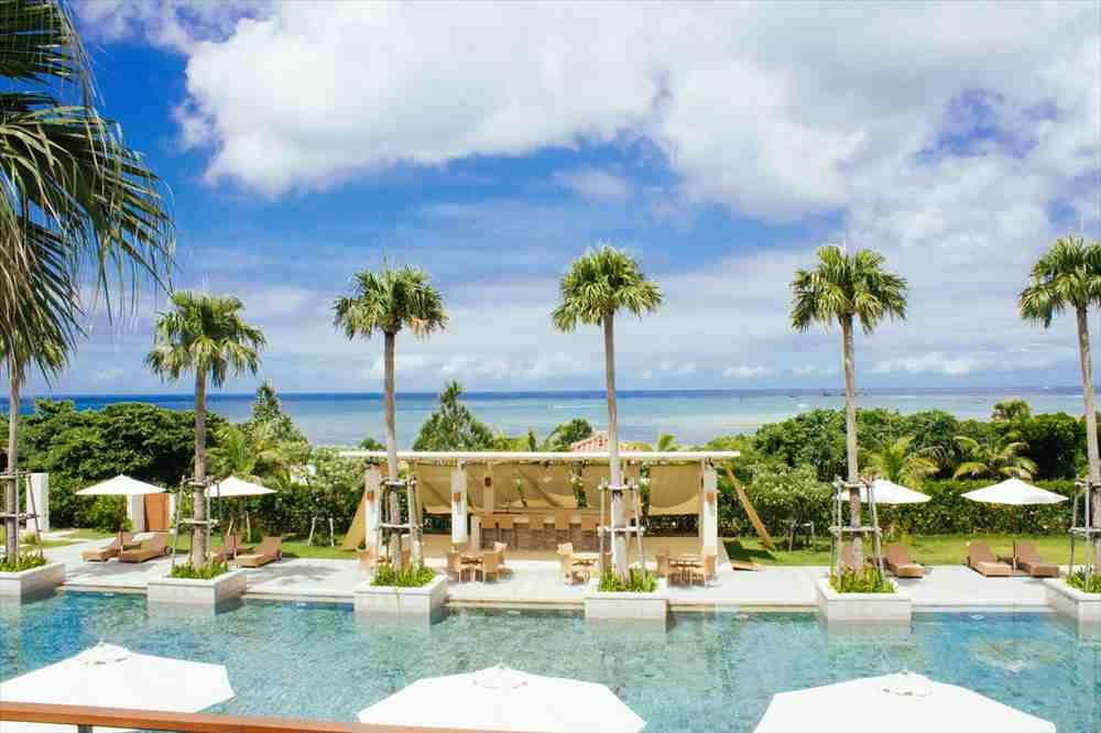 海沿いのホテルにはプールがある。