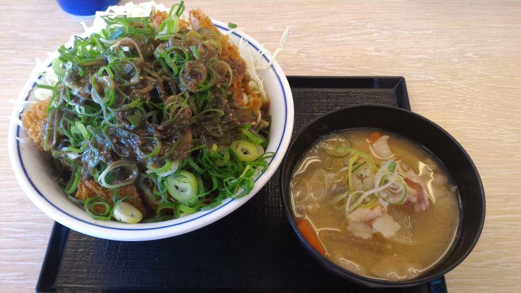 かつや守谷店 - シビれ山椒のぶっかけ青ネギカツ丼と豚汁(小)