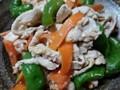 鶏むね肉と万願寺とうがらしとニンジンの塩麹炒め