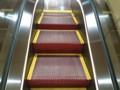 歌舞伎座 エスカレーター 赤いステップ