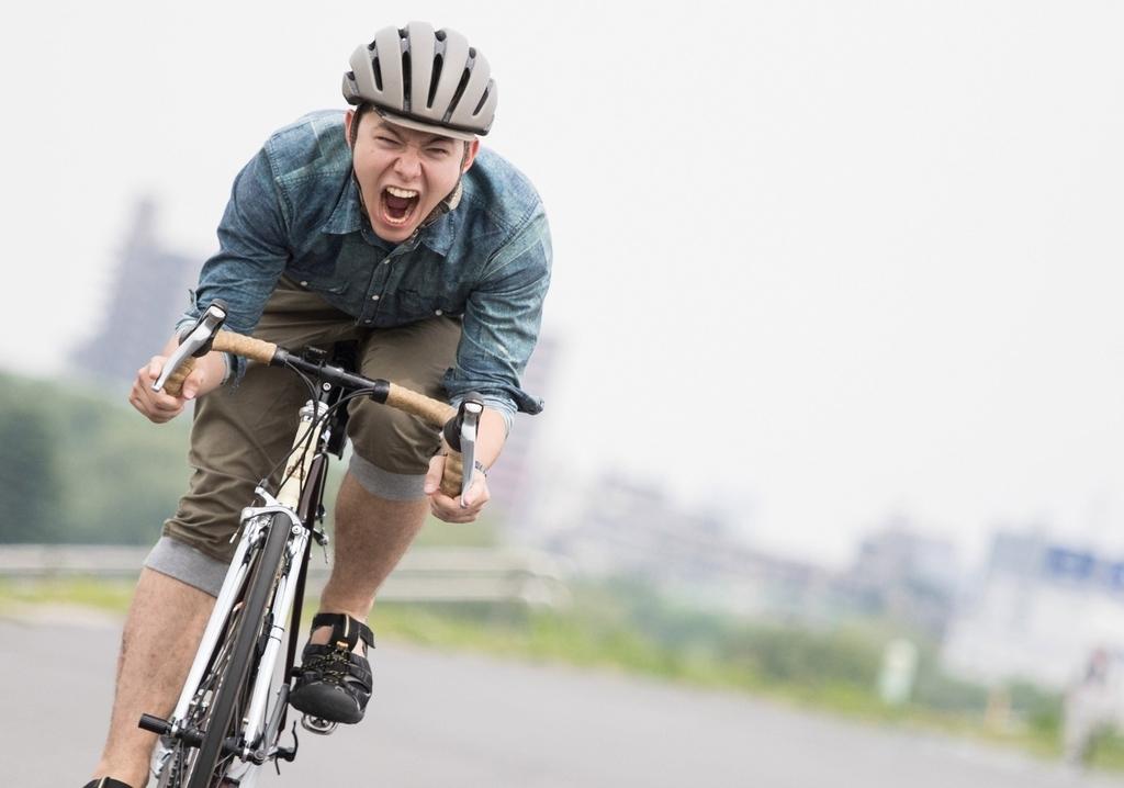 ロードバイクに乗る男性