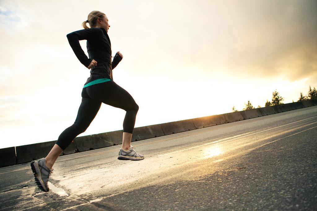 坂を走る女性